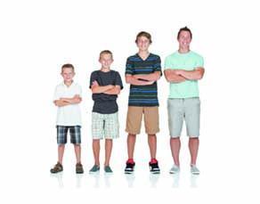 Père avec ses fils : un enfant, un adolescent, un jeune adulte