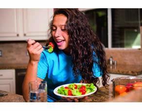 Adolescente en train de déjeuner