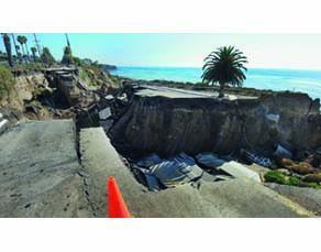 Modification du paysage suite à un séisme le long d'une route californienne
