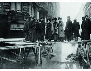 Rue du Bac, dans le VIIe arrondissement de Paris, lors de la crue de 1910