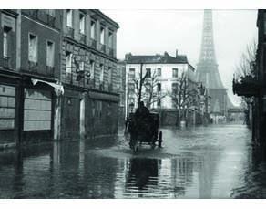 Un quartier près de la Tour Eiffel lors de la crue de 1910