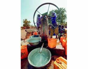 Corvée d'eau quotidienne au Burkina Faso par des jeunes femmes
