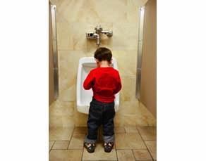 Enfant en train d'uriner