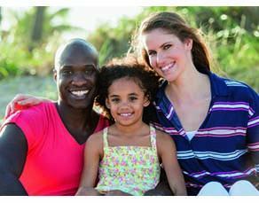 Un couple et leur enfant