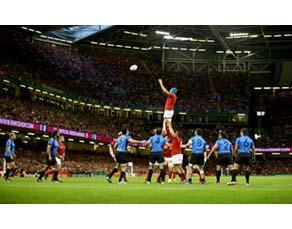 Un rugbyman au début d'une phase de touche