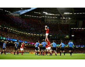 Un rugbyman saisit le ballon sur une phase de touche