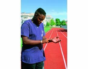 Un élève prenant son pouls afin de déterminer son rythme cardiaque