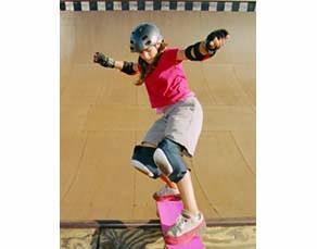 Jeune skateuse avec un équipement bien adapté