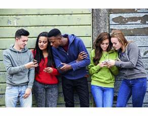 Des adolescents à la sortie du collège