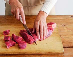 Une personne cuisinant de la viande