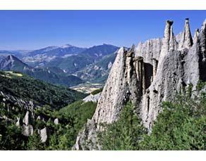 Des cheminées de fée dans un paysage