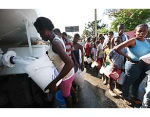 Un camion-citerne apportant de l'eau potable aux habitants de Port-au-Prince