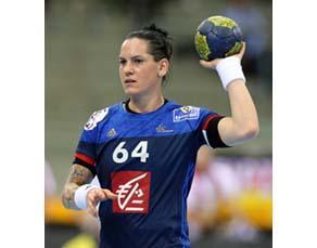 Joueuse de handball avec le bras en flexion