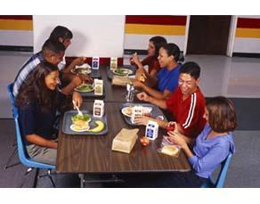 Collégiens déjeunant à la cantine