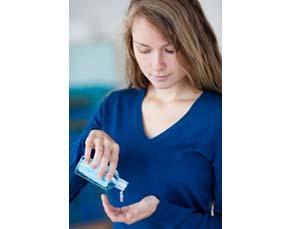 Femme se lavant les mains avec un gel hydroalcoolique